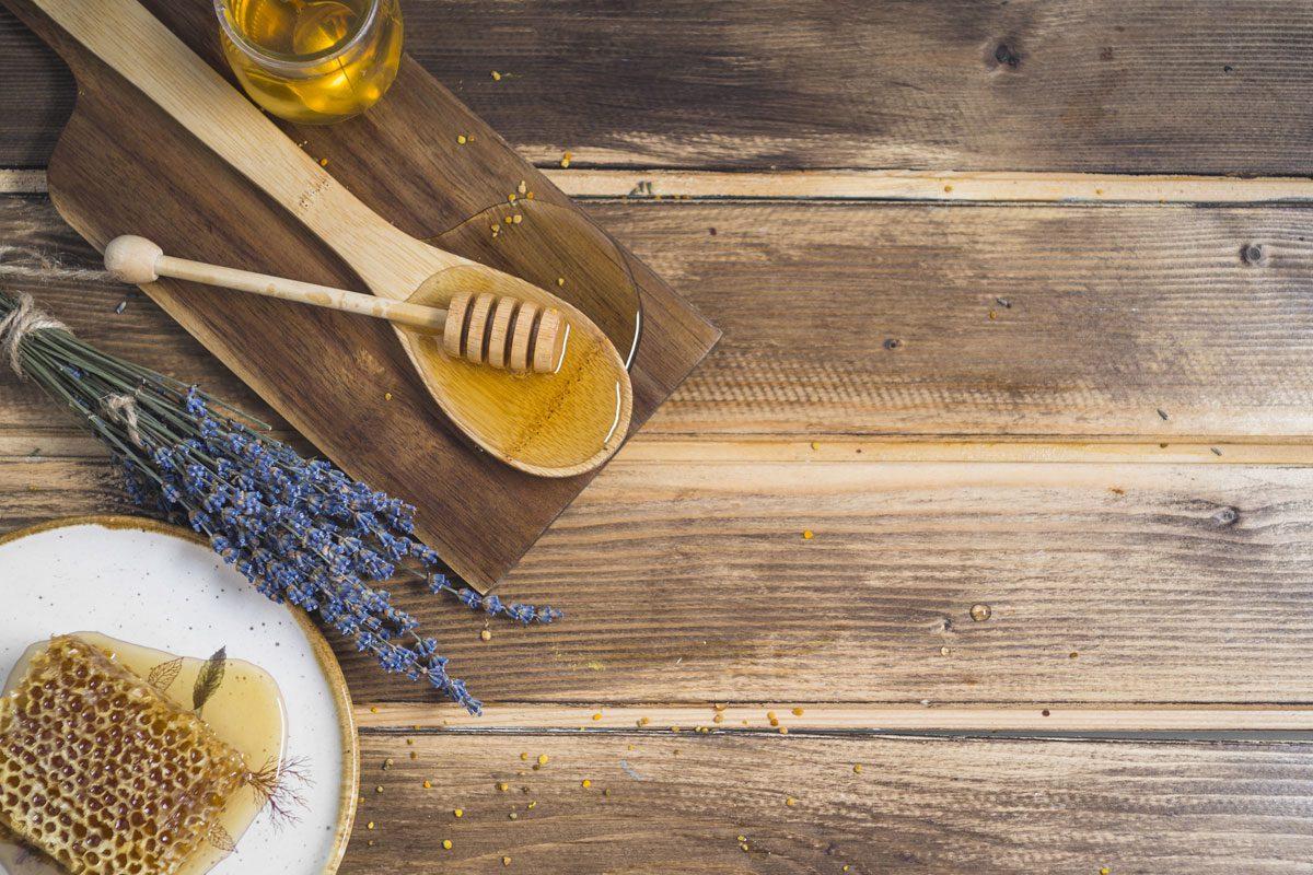 Mikrobiológ: Med má antibakteriálne účinky a pozitívne vplýva na kožné bunky, takže sa rany lepšie hoja